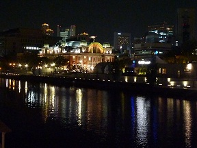 夜の中之島 向こうに公会堂が見えます