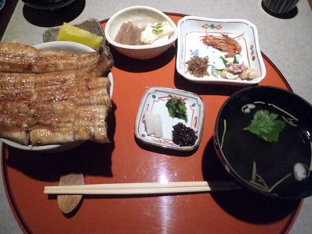先付け,小鉢,鰻丼,汁物,香の物のセットです