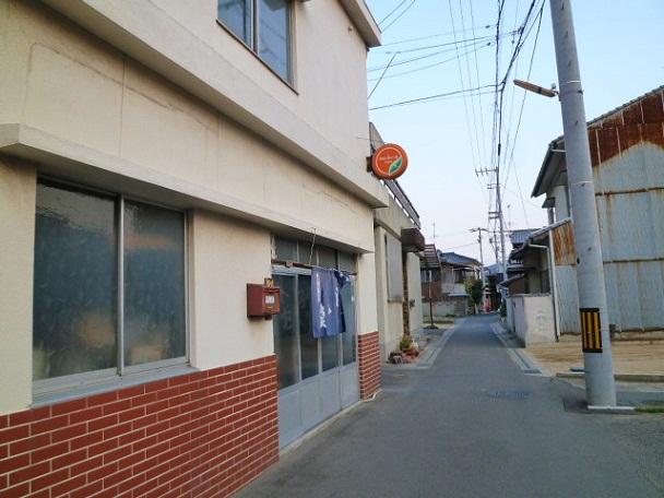 この奥にあの有名なタニ商店があります