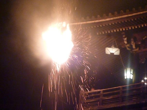 打ち振るわされる火の粉