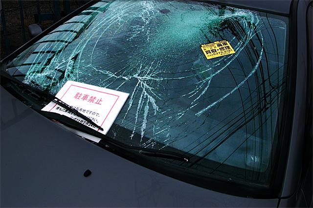 090228_002_割れたフロントガラスの車