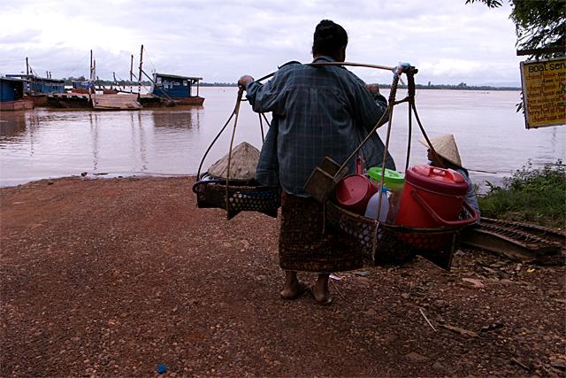 090722_016_メコン河の船着場