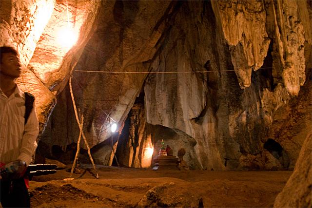 090725_012_プノンバノンの洞窟