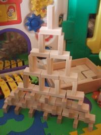 木の積み木タワー