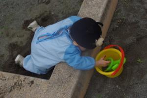 砂場で忙しい
