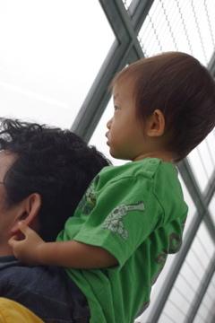 空港を楽しむ父子