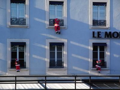 Climbing Santa1