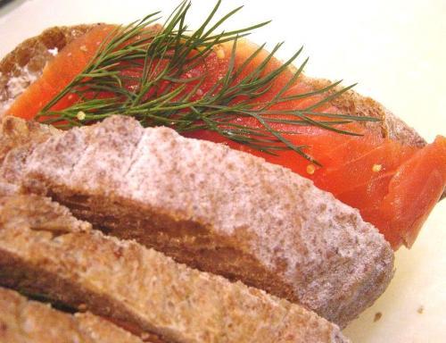 20100211スモークサーモンとクリームチーズのライ麦サンド