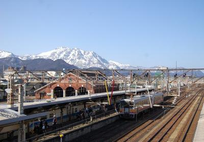 糸魚川赤レンガ車庫と北アルプス(飛騨山脈)