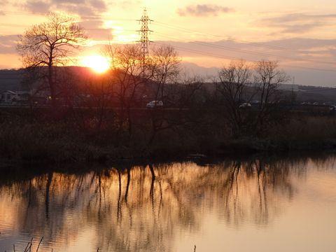 夕陽が川面を紅く染める