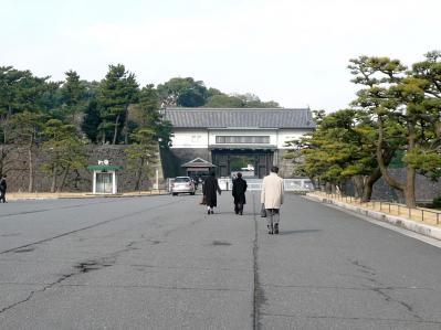 2010.2.19-東京ぶらりひとり旅021坂下門02ー出勤する宮内庁の人たち