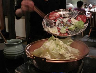 鶏鍋と石焼鶏 はし田屋 中目黒店 野菜を入れて