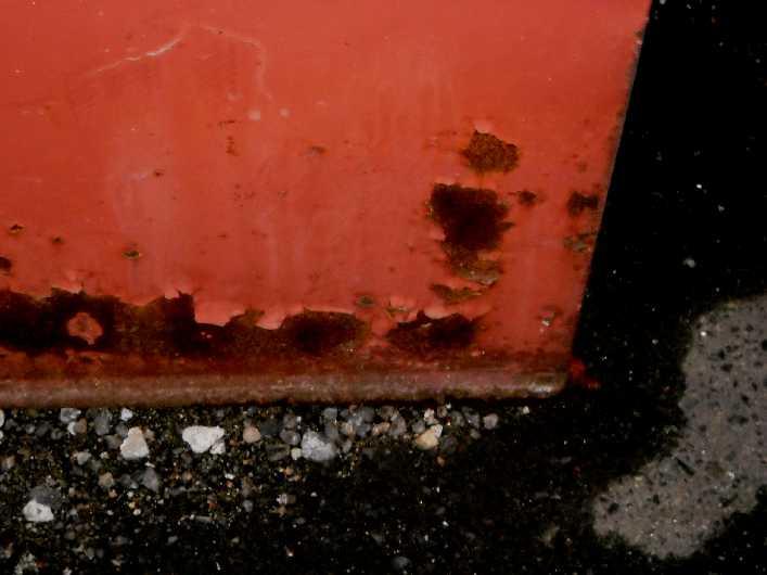 道端で見つけた得体の知れ無い物体、箱?タンク?。鉄。ペンキが剥げてきて錆が顔を出す