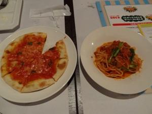 牛ばら肉と小松菜のトマトソースと照り焼きチキンとマヨネーズのピザ