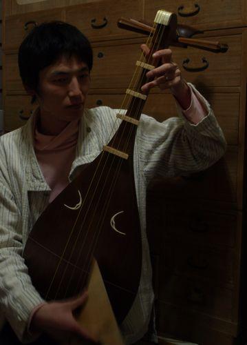9琵琶を弾く