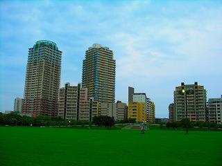 高層マンションの低層階では、緑も近くで感じることができるメリットがある