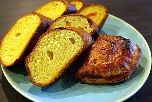 ロマンベールのパン 杏ターメリックとションソ・オ・ポーム