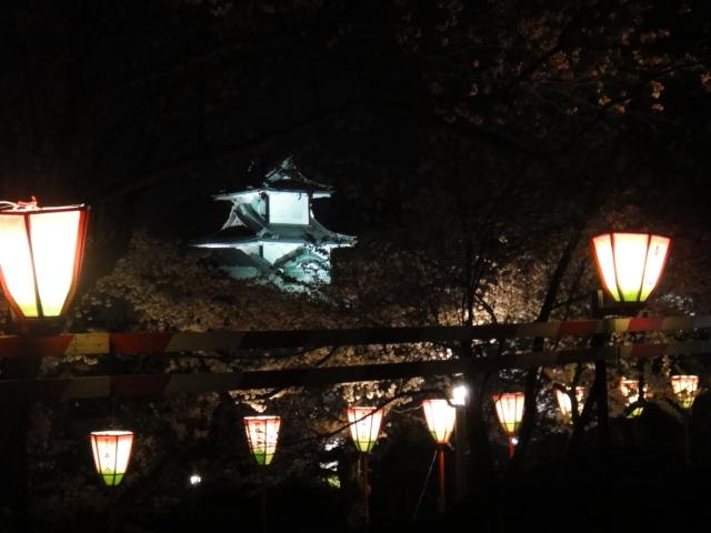 ぼんぼりの列から除く金沢城