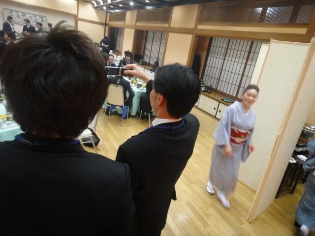 ブログ用の写真をとる宮本先輩
