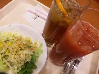 ブラッドオレンジジュース ¥330 アイスピーチティー サラダ