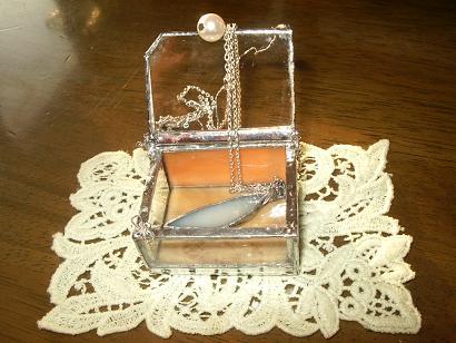 小箱に天使の羽根ネックレス