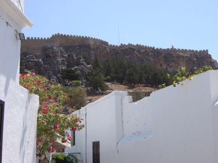 タベルナ屋上から見上げると アクロポリスの城壁が続く景色