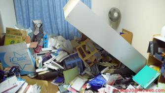 東北地方太平洋沖地震で倒れた本棚