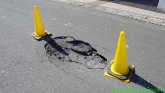 凸凹になった道路: 東北地方太平洋沖地震