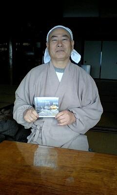 081229_0958~増尾さんのCDを持つ和尚さん