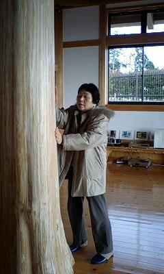 081229_1044~檜の大柱と母