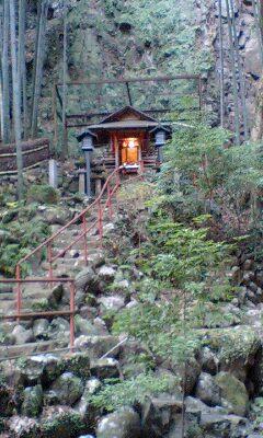 081229_1556~不動の滝付近の神社