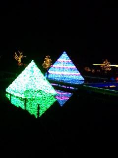 090104_2039~12AFP pyramid1