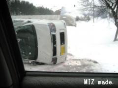 横転した車