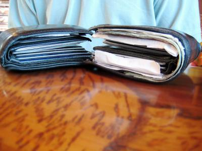 財布 ぱんぱん テーブル