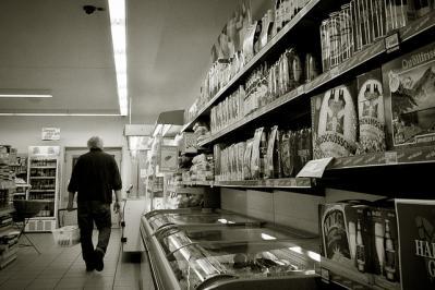 スーパー お店 店内 人 モノクロ