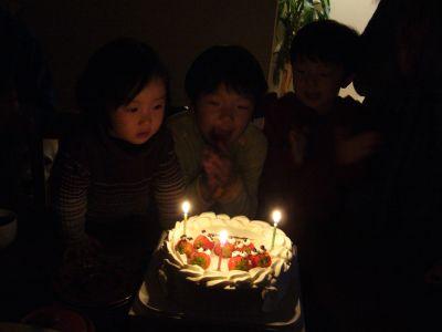 ケーキを囲む3人