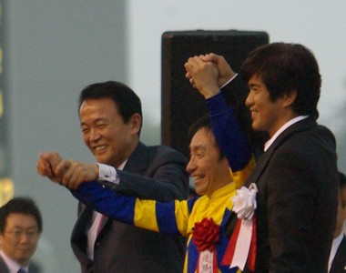 麻生首相と佐藤浩一氏がヨコノリを祝福