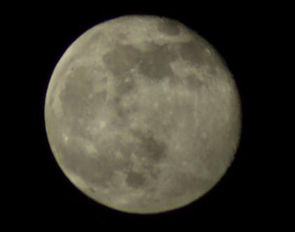 これも違う月のようで同じ月