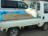 軽トラに砂を積む