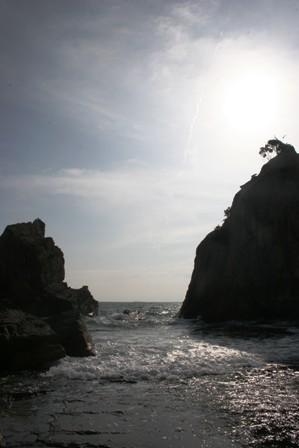 早朝の「橋杭岩」海の中です