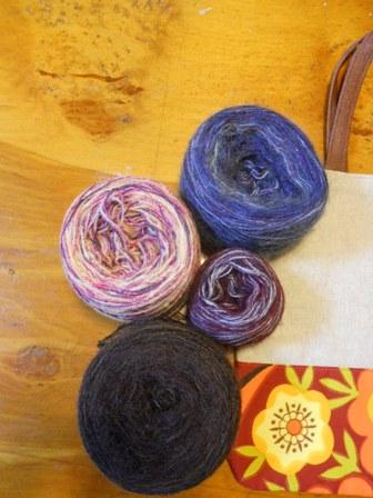 珍しい色の毛糸に出会えます