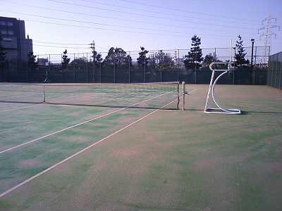 早朝のテニスコート