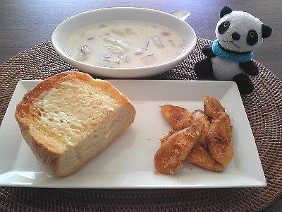 トーストと白菜とハムのクリーム煮の朝ごはん