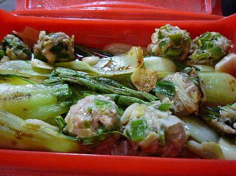 肉団子とチンゲン菜の蒸し煮