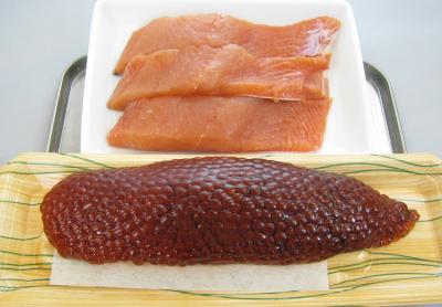 生筋子と鮭の切り身の写真です。