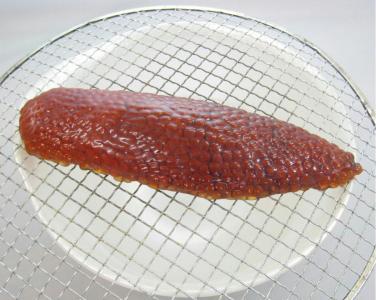 生筋子を網にのせてほぐすところの写真です。
