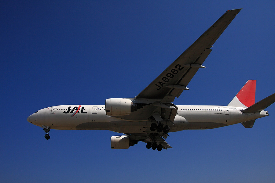 JAL B777-246 JAL113@RWY32Lエンド・千里川土手(by EOS40D with SIGMA 18-50mm F2.8 EX DC MACRO)
