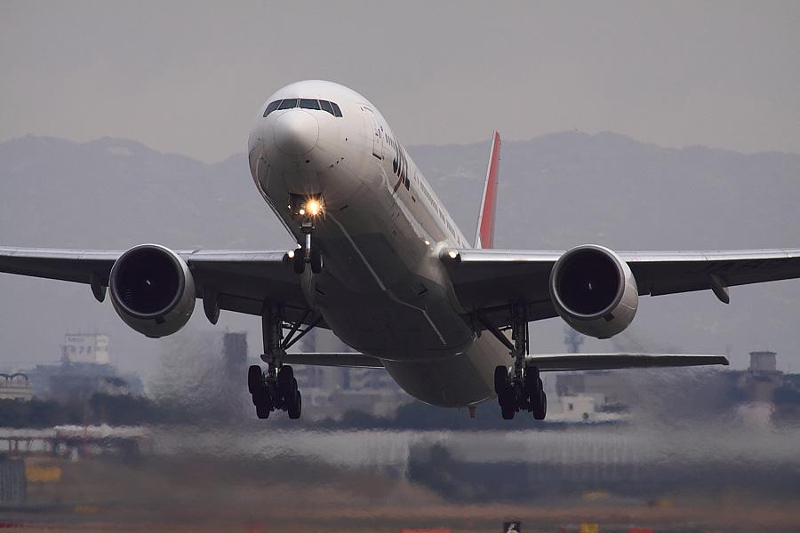 JAL B777-346 JAL124@RWY14Rエンド・猪名川土手(by EOS50D with SIGMA APO 300mm F2.8 EX DG/HSM+APO TC2x EX DG)