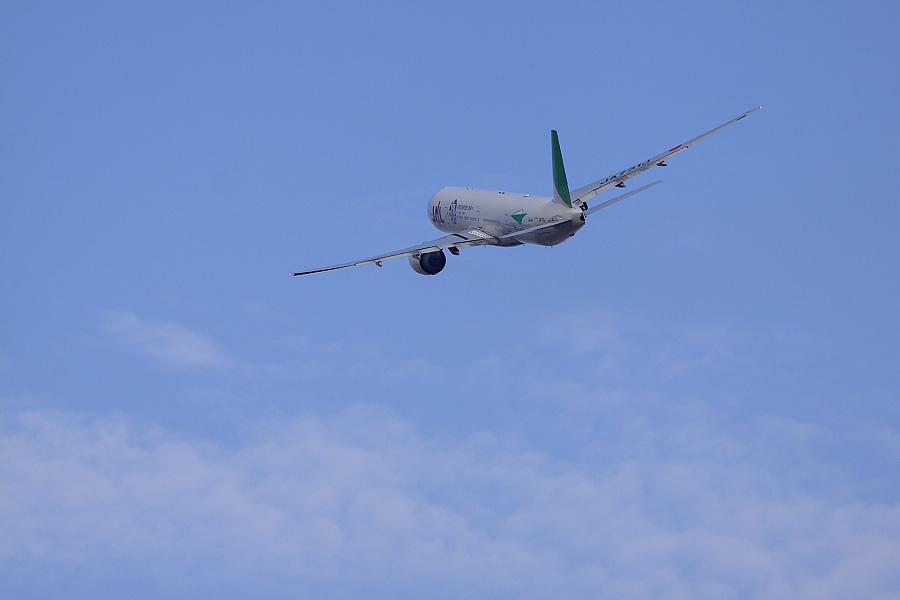 JAL B777-346ER JAL3002@RWY14Rエンド・猪名川土手(by EOS50D with SIGMA APO 300mm F2.8 EX DG/HSM + APO TC1.4x EX DG)