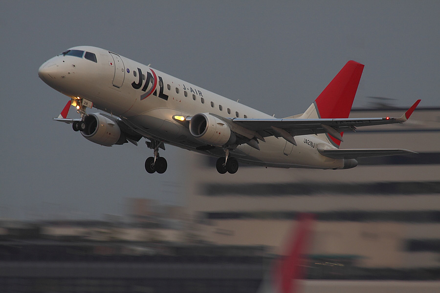 J-AIR Embraer170 JAL2441@RWY14Rエンド・猪名川土手(by EOS50D with SIGMA APO 300mm F2.8 EX DG/HSM + APO TC2x EX DG)